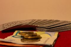 Uprawiający hazard, z kartami, pieniądze lub po prostu karcianą grze, gdy rodzina ponownie łączyć zdjęcie royalty free