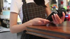 Uprawy kobieta płaci z smartphone zdjęcie wideo