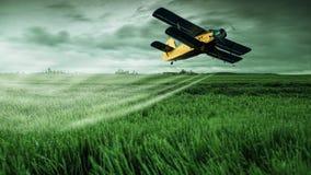 Uprawy okurzania samolot pracuje nad polem Obrazy Royalty Free
