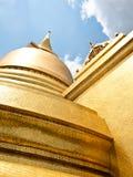 Uprisen sikt av den Emerald Buddha templet Royaltyfria Foton