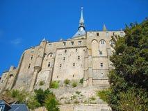 Uprisen vinkelsikt av den berömda historiska abbotskloster för Le Mont Saint-Michel Gothic i Normandie, Bretagne, Frankrike, Euro royaltyfri bild