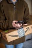 UPS联合包裹服务公司年轻女性邮政递送传讯者 免版税图库摄影