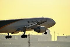 UPS A300 που μπαίνει για μια προσγείωση στοκ φωτογραφίες με δικαίωμα ελεύθερης χρήσης
