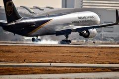 UPS Boeing 767 che entra per un atterraggio fotografie stock libere da diritti