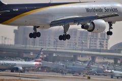 UPS Boeing die 757 binnen voor het landen komen royalty-vrije stock afbeelding