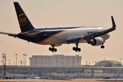UPS Boeing 767 som in kommer för en landning fotografering för bildbyråer