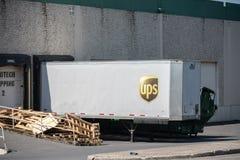 UPS ciężarówki zbiornik przy dokiem zdjęcie royalty free