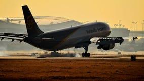 UPS A300 die binnen voor het landen komen stock afbeeldingen