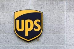 UPS-embleem op een voorgevel Royalty-vrije Stock Foto