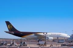 UPS-Flugzeug auf Asphalt Stockbild