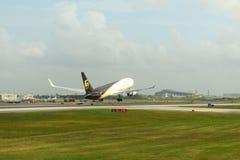 UPS flygbolag Boeing 767 på den Philadelphia flygplatsen Arkivfoton