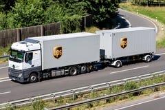 UPS lastbil på motorwayen royaltyfri foto