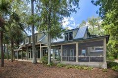 Upscape dom z naturalnym krajobrazem Zdjęcia Royalty Free