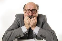 upse faisant des gestes furieux et fâché du bureau 60s d'homme supérieur chauve de patron Photographie stock