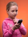 Upset девушка держа телефон Стоковое Изображение RF