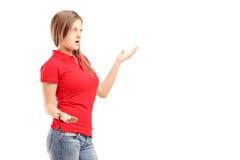 Upset молодая женщина пробуя дать объяснение Стоковые Фотографии RF