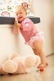 Upset ребёнок учя к раговорного жанра дома Стоковая Фотография RF