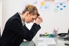 Upset businesswoman in office Royalty Free Stock Photography
