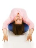 Upside-down sulla sfera di Pilates Immagine Stock