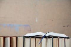 Upsite de livre de poche de livre à couverture dure de plan rapproché vers le bas images libres de droits