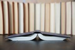 Upsite de livre de poche de livre à couverture dure de plan rapproché vers le bas image stock