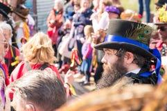 Upton Upon Severn, het UK 4 Mei 2019, een Morris-danser met pauwveren in zijn hoed, buitenkant in Upton Folk Festival royalty-vrije stock afbeelding