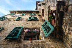 Upview di una casa nella vecchia città di Cattaro montenegro fotografie stock libere da diritti