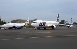 UR-COG YanAir Boeing 737-300 och SP-LLG LOT Polish Airlines Boeing 737-400 flygplan på parkeringszonen Royaltyfria Bilder