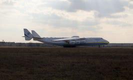 UR-82060 de partida Antonov Airlines Antonov projetam aviões de Antonov An-225 Mriya do departamento Fotografia de Stock Royalty Free