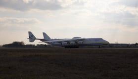 UR-82060 de partida Antonov Airlines Antonov projetam aviões de Antonov An-225 Mriya do departamento Imagens de Stock