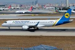 UR-EMB Ukraine International Airlines, Embraer 190-100STD Photographie stock libre de droits