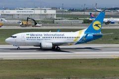 UR-GAW Ukraina Int linie lotnicze Boeing 737-5Y0 Obrazy Royalty Free