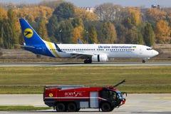 UR-PSQ Ukraine International Airlines Boeing 737-800 samolotu lądowanie na pasie startowym Borispol lotnisko międzynarodowe zdjęcie royalty free
