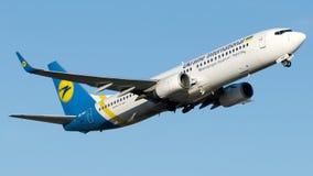 UR-PST Ukraine International Airlines, Boeing 737-800 Royaltyfria Foton