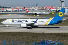 UR-PST Ukraine International Airlines, Boeing 737-800 Imagens de Stock Royalty Free