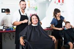 Uradowana kobieta dostaje uczesanie męski fryzjer Obrazy Stock