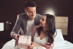 Uradowana kochająca para świętuje ich ślub obrazy stock