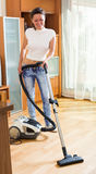Uradowanego kobiety cleaning żywy pokój Fotografia Stock