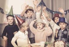 Uradowani dzieciaki ma dobrego czas przy przyjęciem urodzinowym Zdjęcie Royalty Free