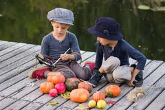Uradowani dzieciaki malują małe Halloweenowe banie Fotografia Stock