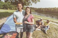 Uradowani przyjaciele bierze przyjemność w odtwarzaniu rzeką zdjęcia stock