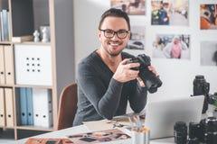 Uradowany fotografa mienia urządzenie dla tworzyć obrazki Zdjęcie Stock