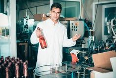 Uradowany męski trzymający niedawno produkującą butelkę wino Zdjęcie Royalty Free