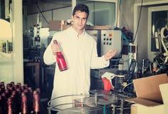 Uradowany męski trzymający niedawno produkującą butelkę wino Obraz Stock