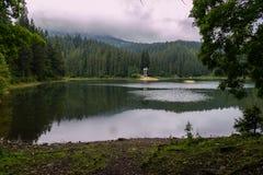 Uradowany na jeziorze Spokój i zaciszność Ty możesz relaksować, być, samotny i myśli o życiu zdjęcie royalty free