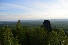 Ural-Berg bedeckt Beobachtungsansicht mit einer Kappe Stockfotografie