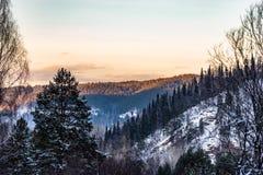 Uralbergen in het avond licht stock afbeeldingen