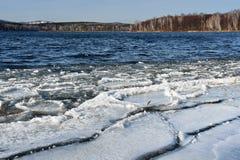 Urales meridionales, Rusia Pequeñas masas de hielo flotante de hielo en el lago Uvildy en noviembre imagen de archivo