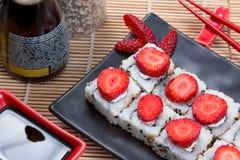 Uramaki日本人草莓 免版税库存照片