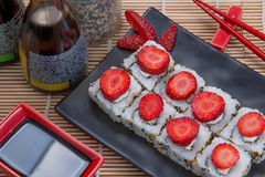 Uramaki日本人草莓 免版税库存图片